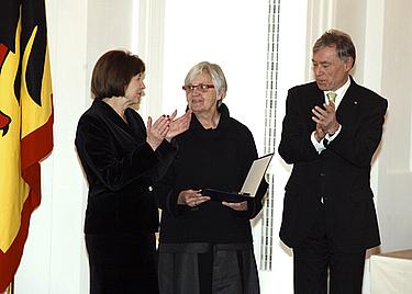 Ute Winkler-Stumpf (Mitte) mit Bundespräsident Horst Köhler und seiner Frau Eva Luise bei der Verleihung - Copyright: Bundespresseamt