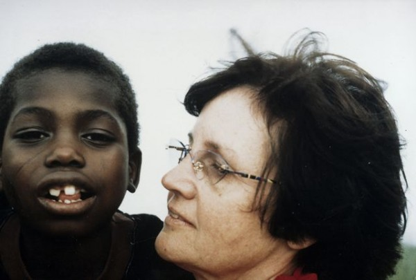 Ute Winkler-Stumpf mit Binia, dem ersten Kind, das durch die Hilfsaktion operiert wurde